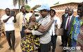 En marge de la cérémonie d'indemnisation des victimes des incidents de Bayota, chaleureuse accolade entre la Représentante spéciale, Aïchatou Mindaoudou, et une habitante de cette localité (Bayota, janvier 2016)