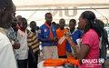 Le mandat de l'ONUCI expliqué aux jeunes lors d'une caravane sur la culture de la paix (Abidjan, février 2007)