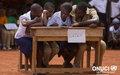 Caravane scolaire lors des Journées de l'ONUCI : les élèves se concentrent pour trouver les bonnes réponses au jeu ''Génies en herbe'' (Bongouanou, février 2012)