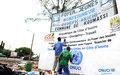 Une dernière touche à la nouvelle enseigne du foyer des jeunes de Koumassi réhabilité par l'ONUCI dans le cadre de son programme de Projets à impact rapide (Abidjan, juin 2012)