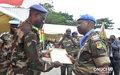 Décoration des Casques bleus togolais : le Commandant adjoint de la Force de l'ONUCI remet le certificat du contingent à son Chef (Abidjan, août 2016)