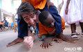 Moment de détente entre un Volontaire des Nations Unies et des enfants du Village SOS d'Aboisso (décembre 2007)